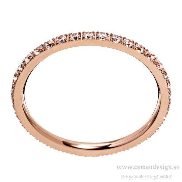 En tunn ring i rosé med kristaller runt om från EDBLAD, 299 kr. Direktlänk till ringen i webbutiken: https://www.cameodesign.se/ringar/edblad-glow-ring-micro-rose-gold/