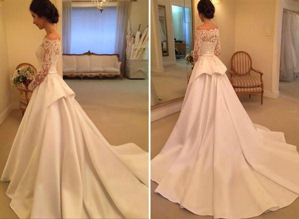 Vestido de noiva clássico com blusa de renda de decote ombro-a-ombro e manga longa e saia volumosa de tecido liso com peplum ( Vestido de noiva: Wanda Borges )