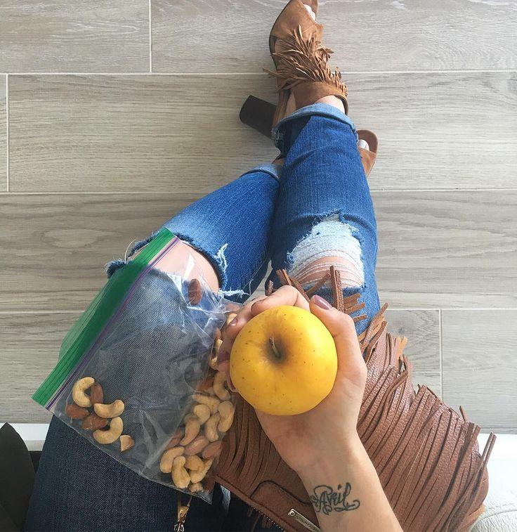 Cuando tienes que estar todo el día en la calle siempre es mejor tomar previsiones, tu principal aliado es la planificación, una pieza de fruta y un puño de frutos secos son una opción ideal, portátil, saludable , que te va a satisfacer el apetito y evitará que te des un atracón por la nochr o elijas cosas no tan saludables en el camino! Cuando no te llevas una merienda saludable y pasas mucho tiempo sin comer la comodidad y practicidad que da la comida rápida ,puede tentarte, por eso…