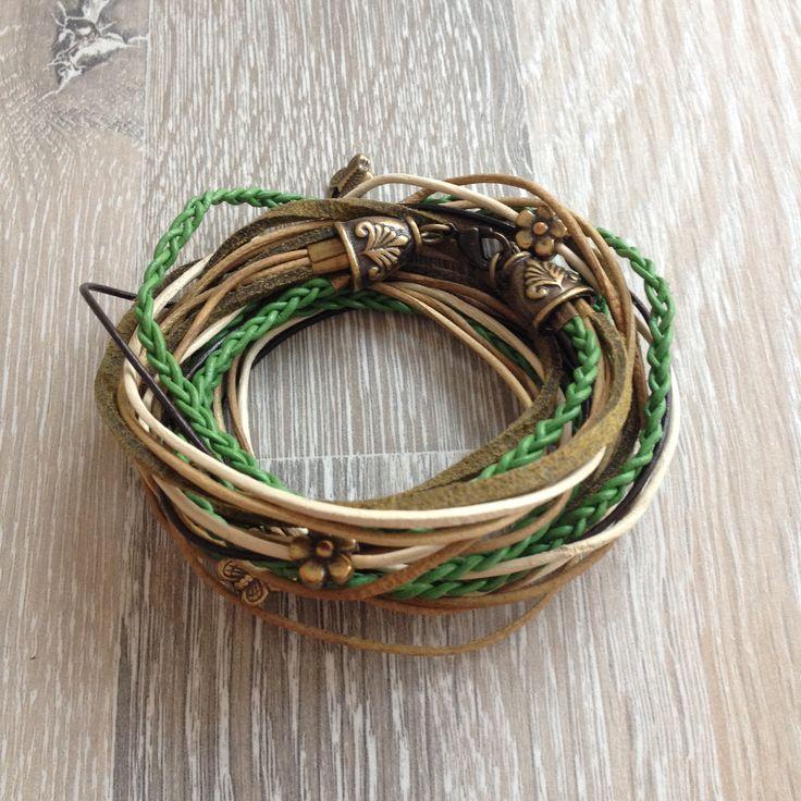 Veter wrap armband in bruin en groen tinten met bronzen vlinders en bloemen. Gewerkt met bronzen sierkappen. Van JuudsBoetiek; €12,50. Bestellen kan via juudsboetiek@gmail.com. www.juudsboetiek.nl.