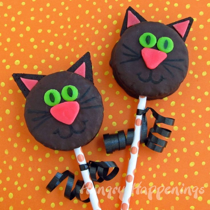 Hungry Happenings: This Halloween turn snack cakes into Black Cats using candy and cookies.Cat Snacks, Halloween Recipe, Ding Dong, Snacks Cake, Black Cats, Cake Pop, Oreo Pop, Hungry Happen, Cat Cakes