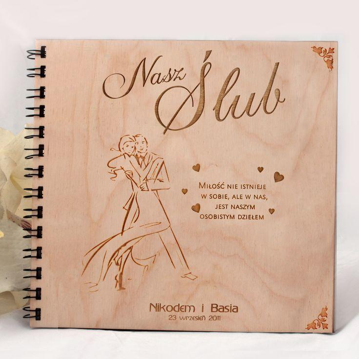 Drewniany album na zdjęcia z wygrawerowaną grafiką na okładce oraz wierszykiem.