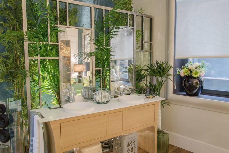 Las celosías y las líneas depuradas contrastan con la desordenada vegetación. #details #green #bathroom #deco #decoracion #interiorismo #arquitectura #interiordesign