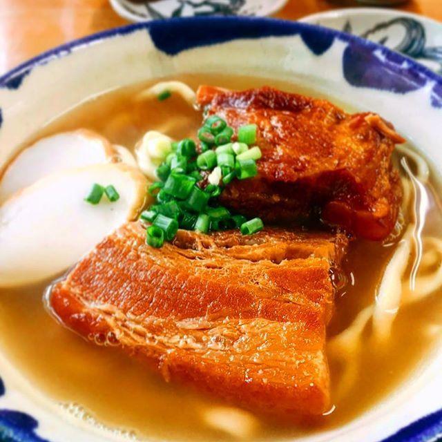 先日取材させていただいた  そば処 きくや さん ✨  おきくらスタッフは行く前から「食べたい!」と嘆いてました。。 笑  そして期待通りの美味しさに箸が止まらない!!! !  太麺に絡む優しいスープ、味が染みた甘いお肉❤︎ 待ってました〜この感じ 。  沖縄で食べるそばは何倍にも増して美味しく感じますよね🍜 なんでなのかはいつまで経ってもわからないですけど…も(°_°) この魔法の調味料も含めて沖縄そばなのかな😳 …とか上手く言えてるのかわからない感じですが、、 笑  きくや さん が掲載されるのは10月に発売の 、  そばじょーぐー vol.7  です)^o^( おたのしみに〜〜🎶 #おきなわ倶楽部 #おきくら #タウン情報誌 #そばじょーぐー #10月 #別冊 #きくや #そば #沖縄 #グルメ #美味 #okinawa #麺 #肉
