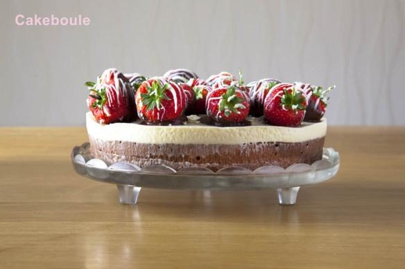 Triple Chocolate Cake Mousse con fragole ricoperte di cioccolato