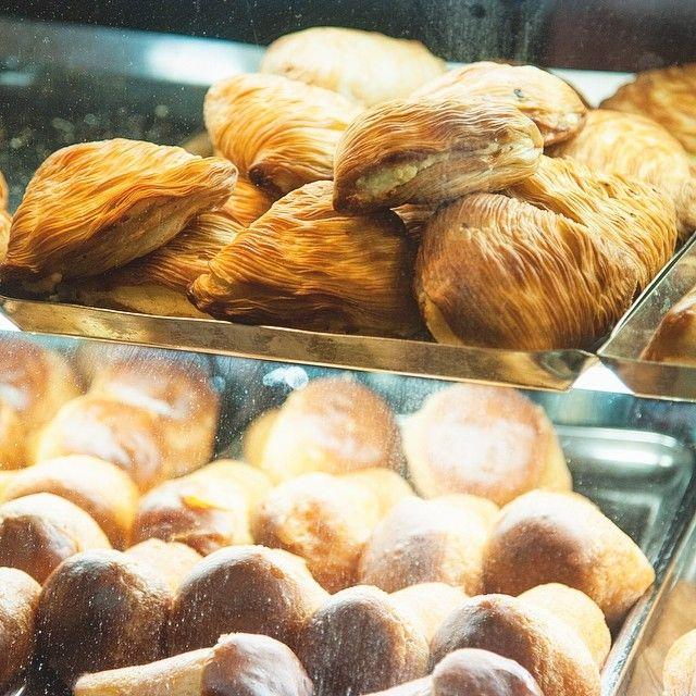 Naples Italie. Connais-tu le sfogliatella curieux? Ce genre de coquillage typiquement napolitain qui accompagne parfaitement le café de ton lundi matin. On te fait goûter? -- Ne manque rien de notre aventure italienne via http://ift.tt/1nSS1jy -- #sfogliatella #naples #italie #europe #detourlocal #pastry #pastries #pastrychef #pastrylife #pastryart #food #foodies #foodgasm #instafollow #instagram #pastryporn #pastrylove #puffpastry #pastrylover #foodgram #foodshare #foodphotography…