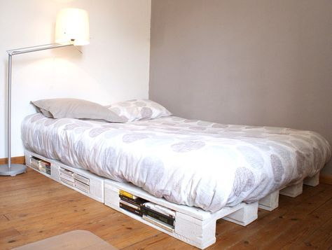 Comment faire un cadre de lit à partir de palettes en bois récupérées. Des idées pour créer un sommier à partir de simples palettes de chantier. Diy