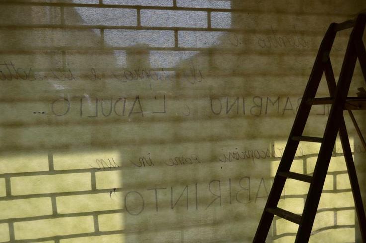 Compaiono scritte sui vetri