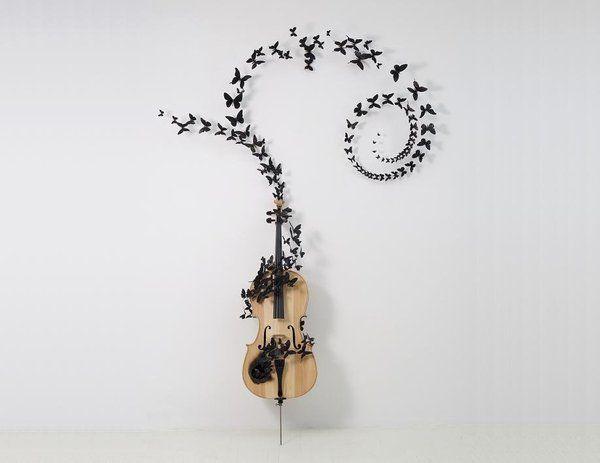 Comme sortant du trou noirci de la structure d'un violon, les papillons de Paul Vilinski s'envolent dans une composition de volutes, emprunte d'une poésie qui invite à une rêverie mélancolique. Une belle référence aux Noces Funèbres.