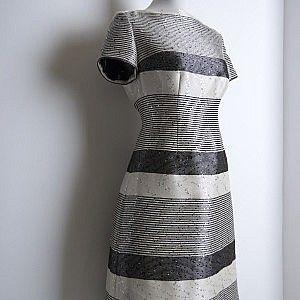 ПЛАТЬЕ В ПОЛОСКУ ИЗ ЖАККАРДА С ПАЕТКАМИ Нарядное платье из жаккарда с вышивкой паетками футлярного фасона. Рисунок ткани, выложенный в крое, обеспечивает  стройнящий оптический эффект.