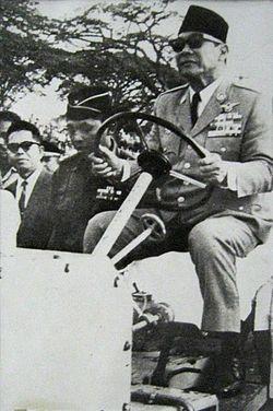 Presiden Soekarno sedang memeriksa pembangunan Monumen Nasional antara tahun 1963-1964an.