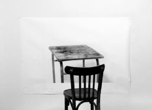 Table et chaises.   Tirage charbon sur papier traditionnel coréen.