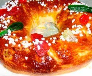 Roscón de Reyes Fácil es una de los postres caseros más tradicionales que puedes preparar para el día de reyes. ¡¡ Anímate a preparar esta fácil y riquísima receta !!