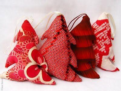 Sewn Natural : Noel Deco et Ecolo [inspiration Mondial Tissus] des petits sapins faits avec des chutes de tissus, des fleurs , des pois, des motifs, pourvu que ce soit rouge et blanc !