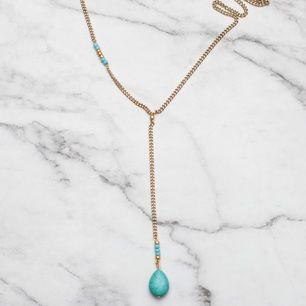 Unikt guldfärgat halsband med turkosa pärlor. Justerbar kedja. 7:- i frakt tillkommer.