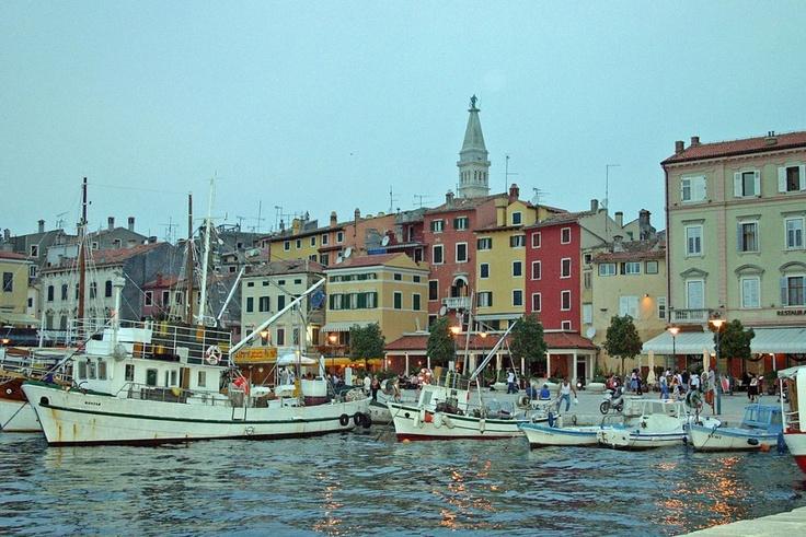 Der Hafen in Rovinj ist nie wirklich überlaufen, weshalb es sich dort richtig gut flanieren lässt. Ohnehin empfiehlt sich Istrien als Geheimtipp für einen Kurzurlaub.