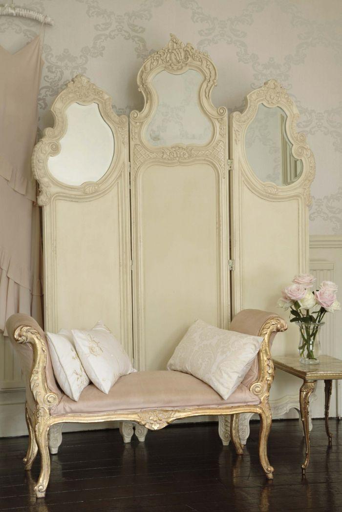 idée peinture chambre, murs damassés en blanc et bleu clair, diviseur chambre en champagne, banc doré