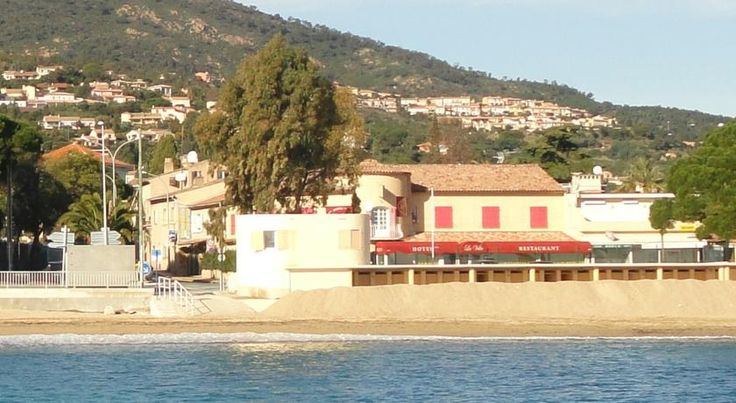 Hôtel La Villa Sainte-Maxime Hôtel La Villa is located on the beachfront opposite Garonnette Beach, an 8-minute drive from the centre of Sainte-Maxime and 150 metres from Issambres Port, where guests can take the ferry to Saint-Tropez in summer.