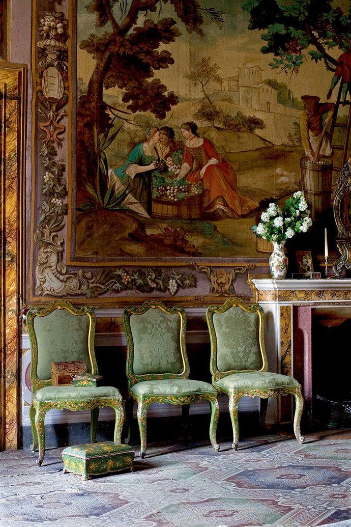 Зеленая комната на втором этаже. Стены украшают «поддельные гобелены» работы Игнатиуса Модера. Рисунок на них не выткан, а написан маслом по холсту.…