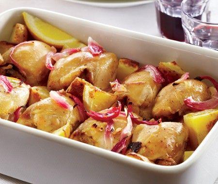 Salé - Poulet au citron de Nicholas Ganas. Ingrédients : 2  gousses d'ail émincées-1/2 oignon rouge émincé-2 càs huile d'olive-jus de 3 citrons-1 càs origan frais ou séché-1 càc de sel-1 càc de poivre noir moulu-6  hauts de cuisses de poulet désossés-2 grosses pommes de terre coupées en quartiers. Recette sur le site.