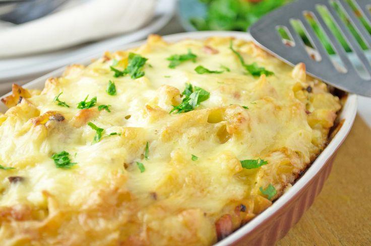 Eine tolle Hausmannskost sind gratinierte Schinkenfleckerl. Das Rezept wird mit Käse in einer Auflaufform überbacken.