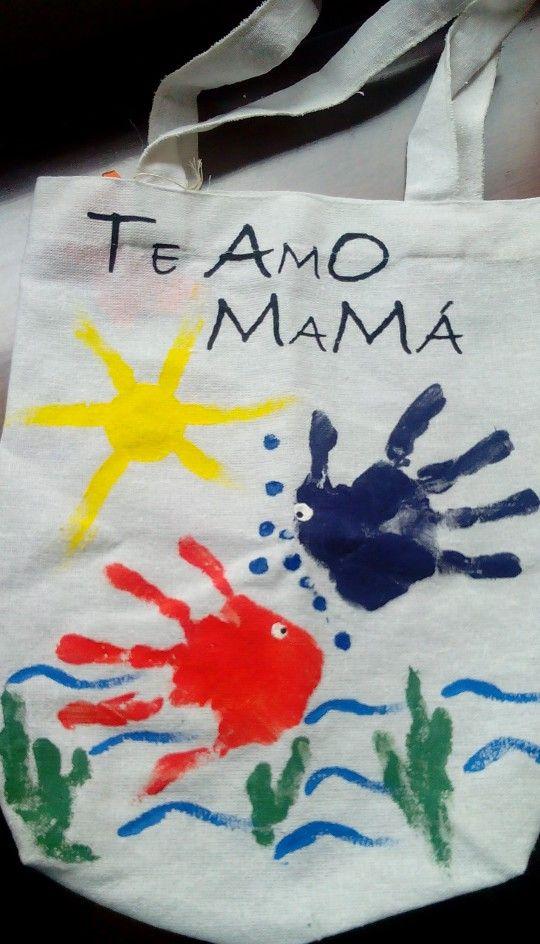 Bolso ecológico pintado con las huellas de los niños.