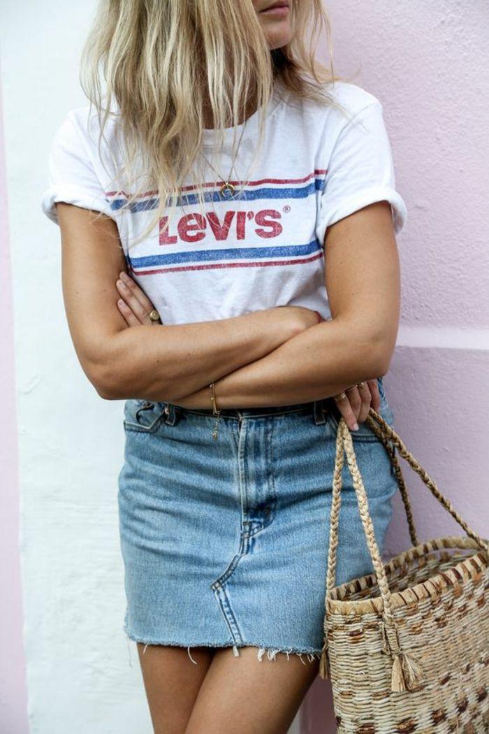look des années 80 tee shirt blanc Levi's avec mini jupe en denim clair