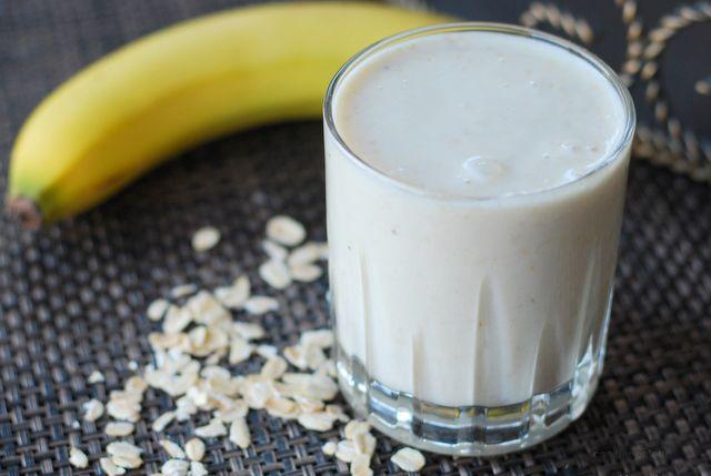 Смузи: это сытно, полезно, быстро и конечно же вкусно. В данный рецепт входят овсянка, банан, йогурт, орехи, и мед.