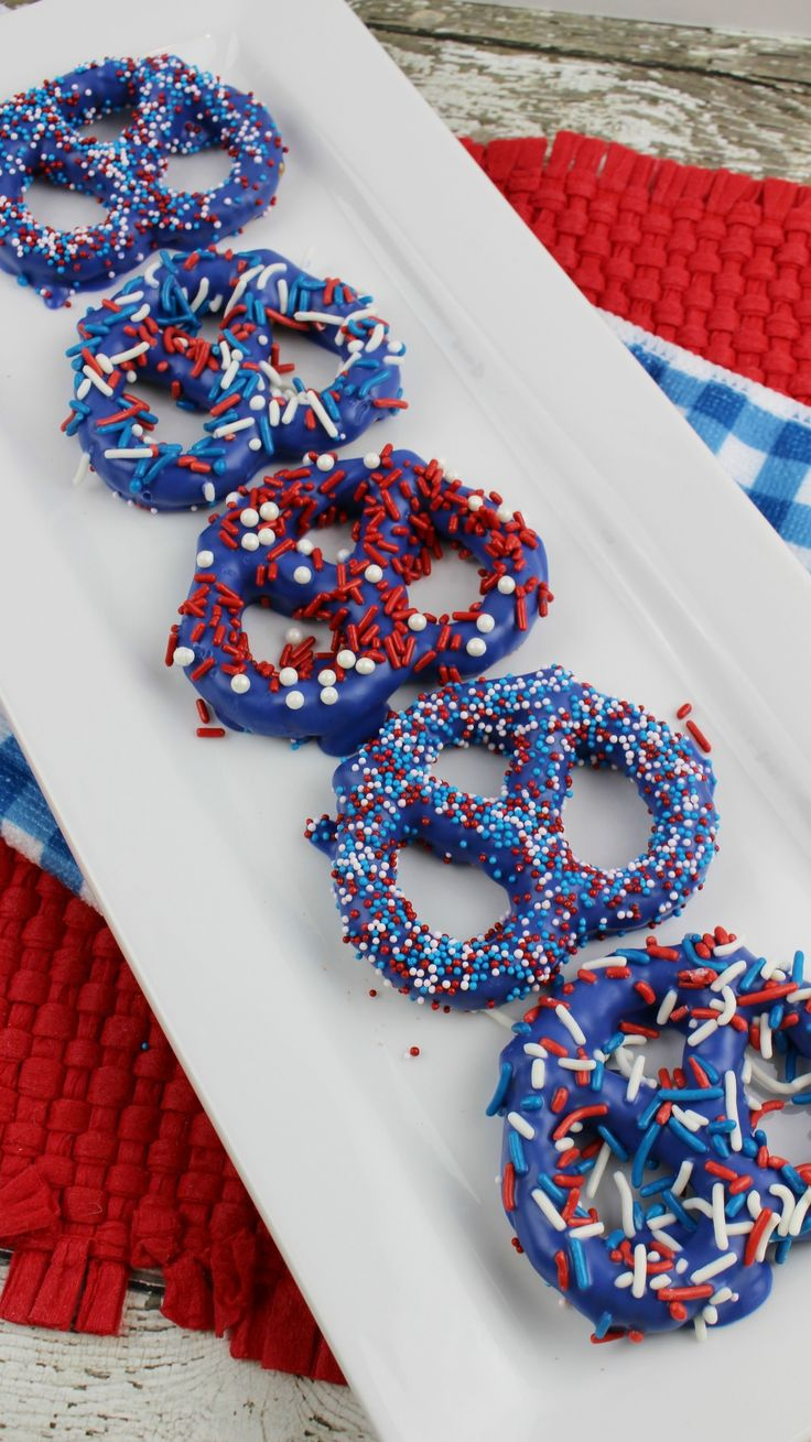 Patriotic Pretzels, perfect for a 4th of July dessert or for a Memorial Day treat. Sprinkles at the ready!