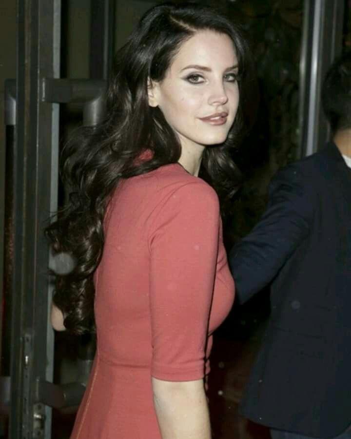 Lana Del Rey Red Dress On The Red Carpet Long Dark Brown Curled Hair Brown Curls Pretty People Elizabeth Grant