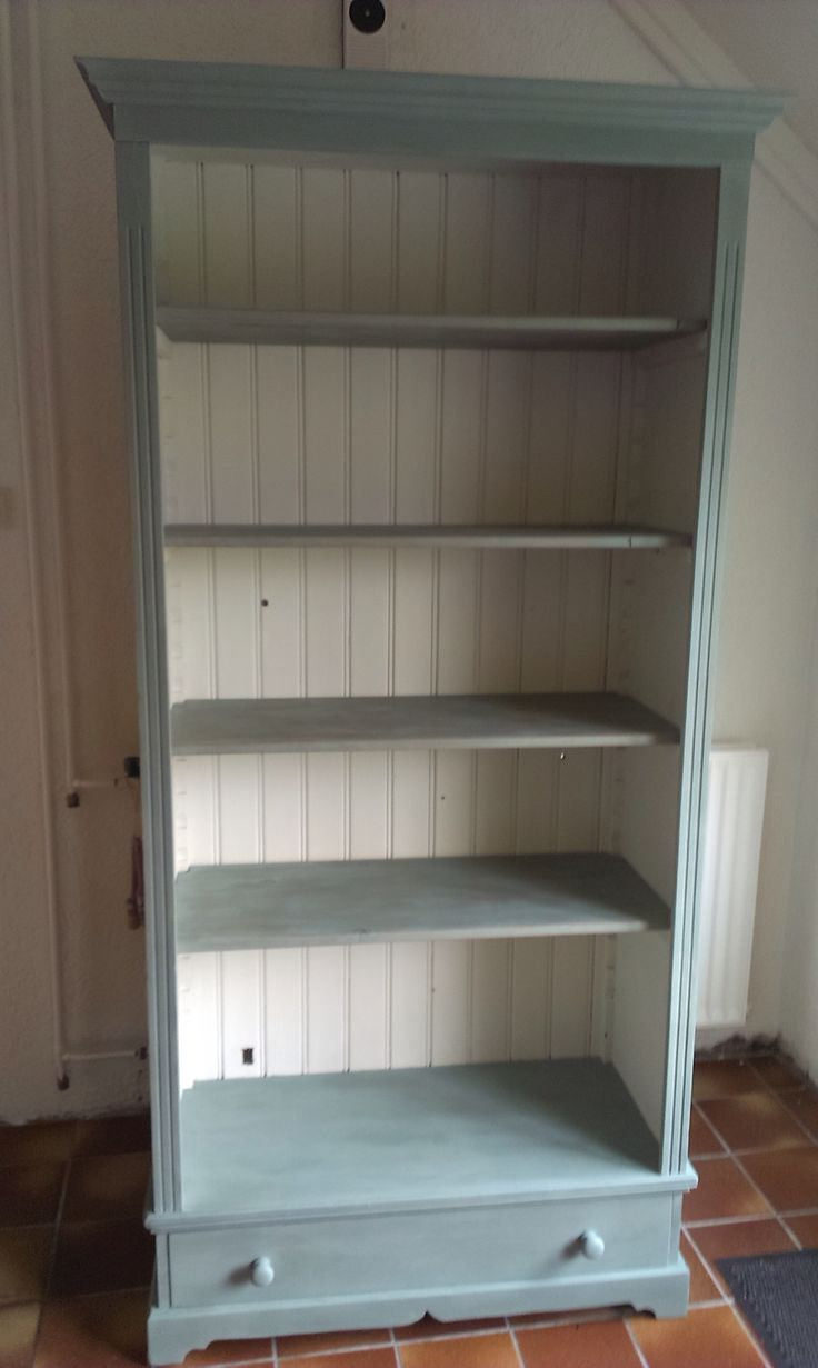 Gave boekenkast. Binnenkant in Old White en buitenkant in Duck Egg Blue van  Annie Sloan  Painting BookcasePainted ...