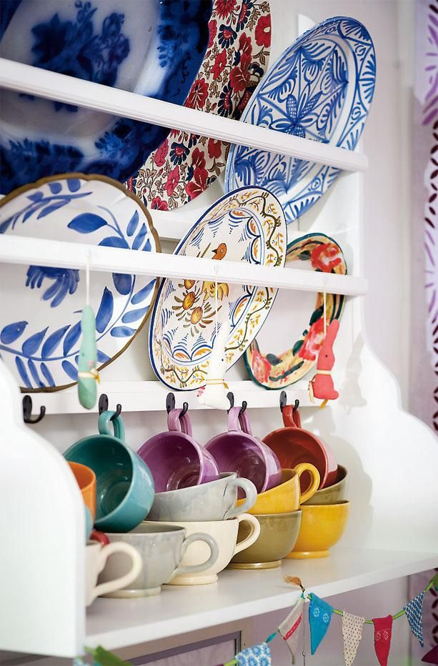 Color in the kitchen: Vintage Plates, Decor Ideas, Kitchens Colour, Colorful, Colors Plates, Kitchens Inspiration, Plates Racks, Colors Kitchens, Eclectic Kitchens