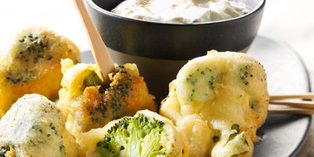 Krokante broccoliroosjes met een dip van blauwe kaas