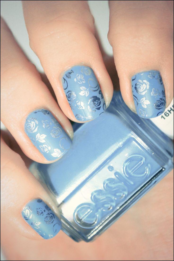 Uñas metalicas azul con diseños de rosas