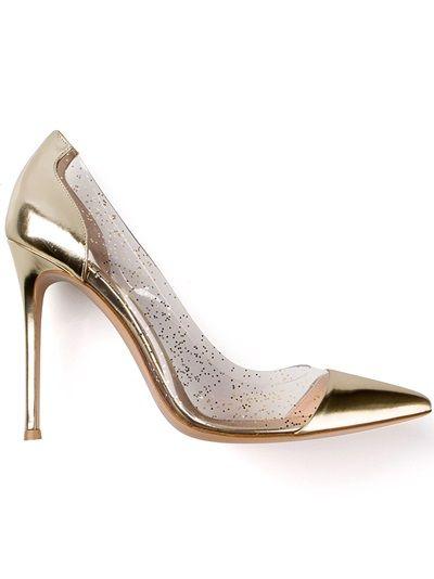 Cuero Oro y bombas de brillo PVC de Gianvito Rossi que ofrecen un dedo del pie en punta, una plantilla de cuero, un alto tacón de aguja y paneles Glitter transparente a los lados.
