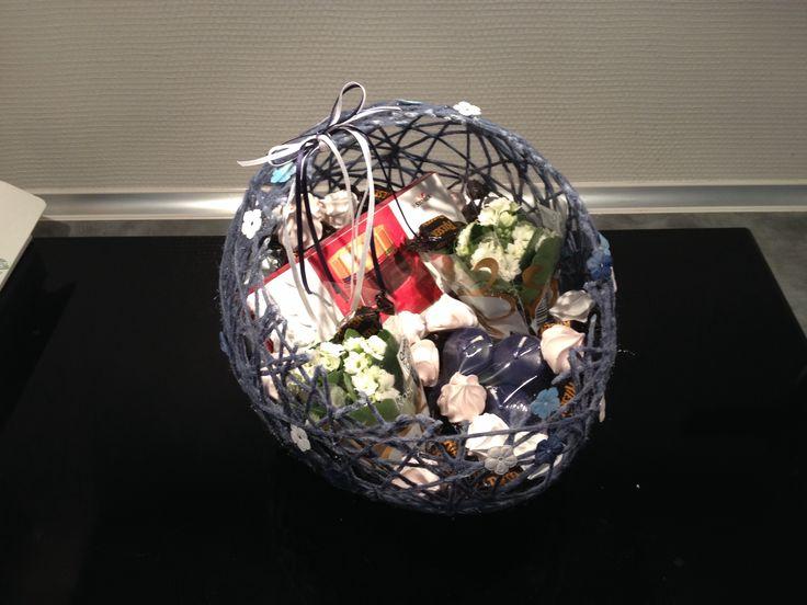 """""""Tak for hjælpen""""-kurv lavet af ballon, garnrester, sukkervand og pynt."""