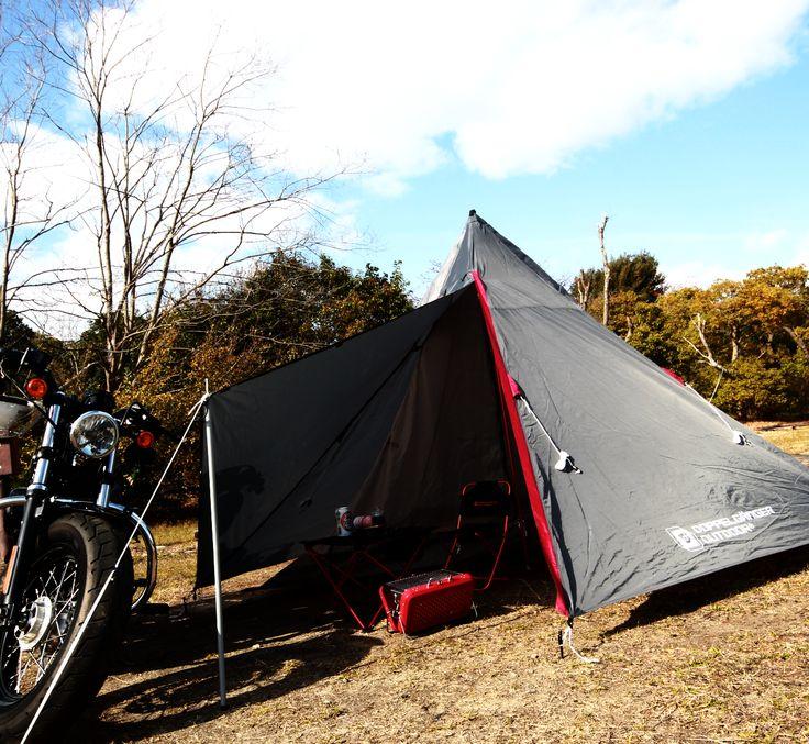 広い前室付きで充実のバイクツーリングソロキャンプを。ライダースに嬉しいバイクツーリング仕様の2ルームワンポールテント。  バイクツーリングキャンプでバイクの積載量に悩んでいるあなたに送る、2ルーム構造のコンパクトなワンポールテントです。ワンポール構造を採用することで、ツーリングキャンプの際にバイクに積みやすい直径14cm×長さ50㎝のコンパクトサイズを実現しました。設営時には広々眠れる寝室と、テーブルの置ける前室を実現し、すべてのライダースのために充実したバイクツーリングソロキャンプを応援します。   #キャンプ #アウトドア #テント #タープ #チェア #テーブル #ランタン #寝袋 #グランピング #DIY #BBQ #DOD #ドッペルギャンガー #camp #outdoor #ソロキャンプ
