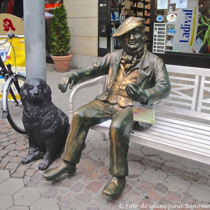 ....panchina con personaggio e cane...  Bayreuth (D)  - 23/09/2013   - © Giuseppina Bonomo -