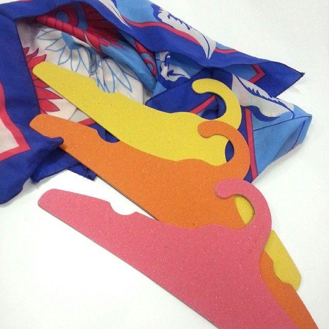 Cabides Ecológicos e Personalizáveis feitos em papelão 100% reciclado. São práticos, resistentes, podem ser coloridos ou estampados da forma como o cliente desejar.