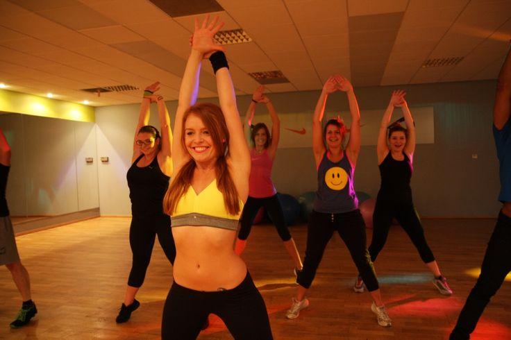 Palenie tłuszczu to kategoria zajęć, które mają na celu spalanie tkanki tłuszczowej, a także pobudzenie metabolizmu. Te zajęcia poprawiają kondycję a często również koordynację ruchową. Do takich zajęć zaliczamy klasy: Zumba, Step, Tabata, TBC, Dance, Kardio Fit, Reconsturct.