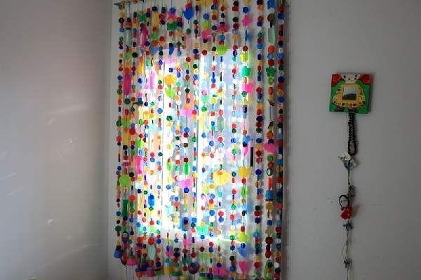 cortina hecha con tapones de botellas de plástico