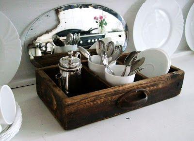 Uno specchio rotto, un vecchio cassetto, qualche piattino........ecco un angolo d'atmosfera