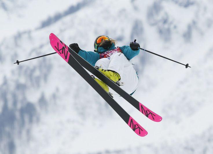 A australiana Anna Segal dá um salto em prova do esqui slopestyle estilo livre. Foto: Sergei Grits/Associated Press