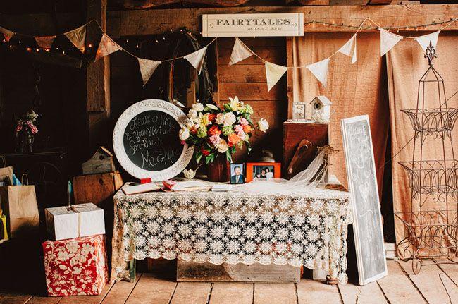 detalles de la recepción de una boda del granero