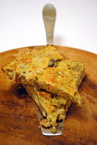 Quella della torta di cavolfiore è una ricetta delicata e leggera. Un piatto delizioso che si prepara in poco tempo come una frittata. Gli ingredienti sono