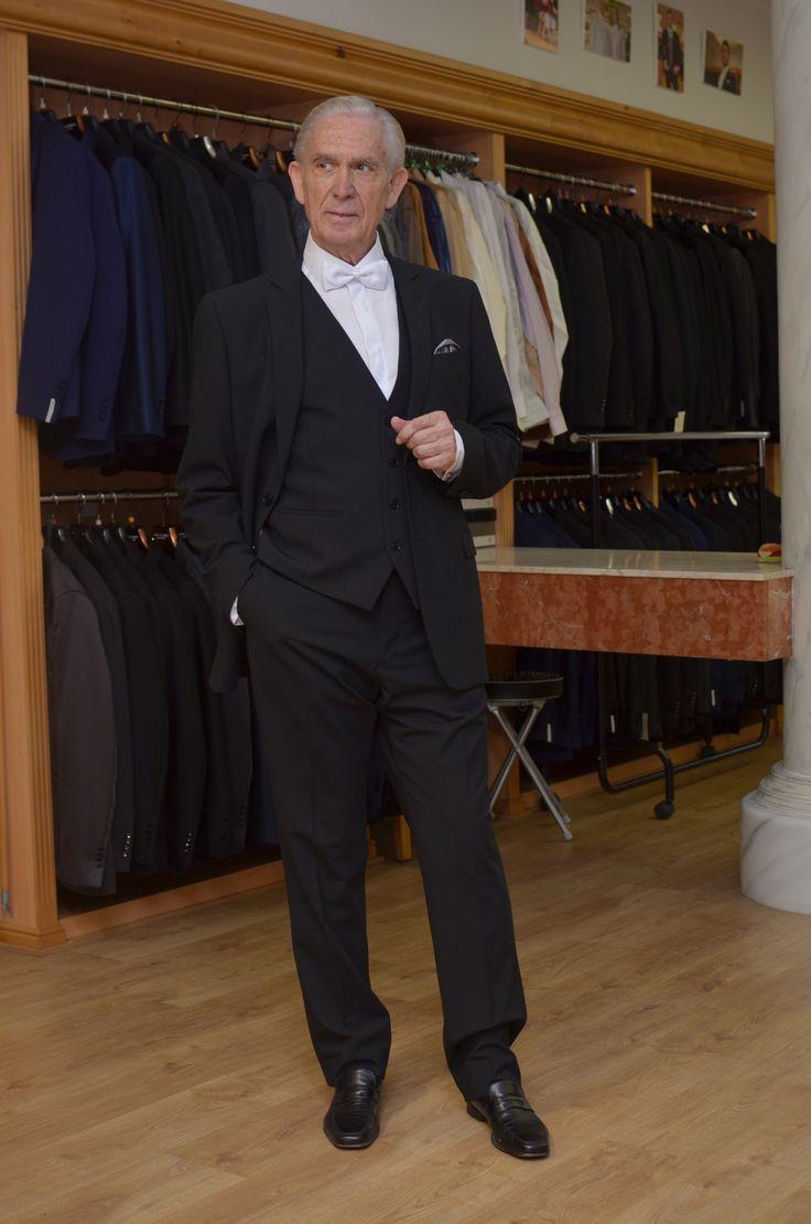 Traje de gala negro para padrino,  rico lana con pajarita blanca, etiqueta pura.