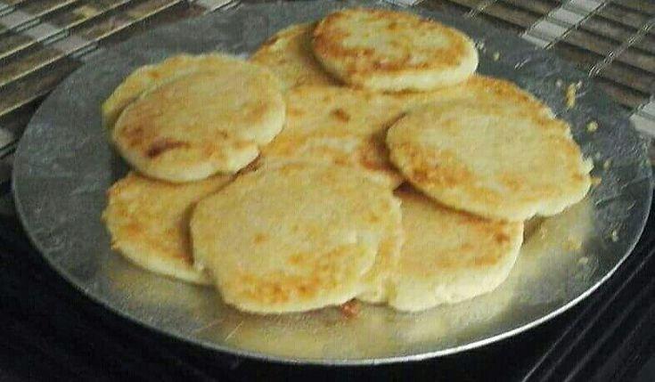 Arepas hechas con tres ingredientes 1 1/4 taza de agua 1 taza de harina de maíz precocido 400 gramos de queso fresco  Preparación: Se coloca el agua con sal al gusto en un recipiente. Se mezcla revolviendo la harina, se agrega el queso desmenuzado, se deja reposar unos 3 minutos mientras se engrasa y enharina una lata. Se meten al horno precalentado a 350 grados Centígrados por 5 a 10 minutos, hasta que tomen color dorado. Se sirven con bebidas calientes como chocolate, café o con jugos.