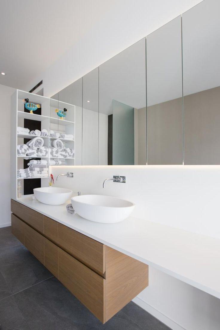 Perfekt inszenierter Waschtisch und  Spiegelschrank mit der richtigen indirekten Beleuchtung.