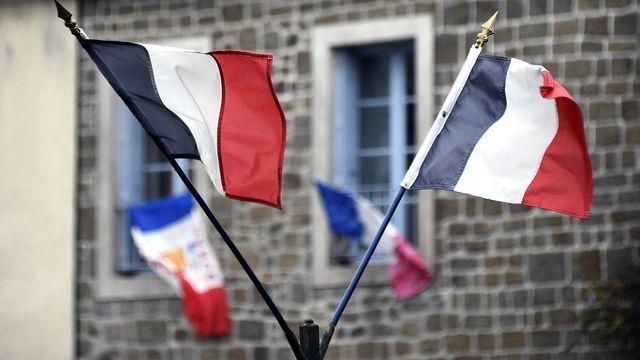 """Fin du débat sur la déchéance de la nationalité française.                             La déchéance est un principe qui aurait retiré la nationalité française à un citoyen binational en raison d'une """"indignité"""" liée au terrorisme."""