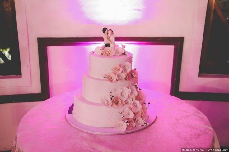 Pastel con flores  ¡Mira más pasteles románticos aquí!  Bodas.com.mx//  #wedding #bodascommx #bodas #weddingcake #pasteldebodaWedding Day